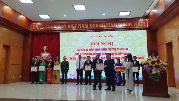 đc Mã Ngọc Khăm nhận Giấy khen của tập thể được Chủ tịch UBND huyện tặng Giấy khen thực hiện CHỉ thị số 05-CTTW.jpg