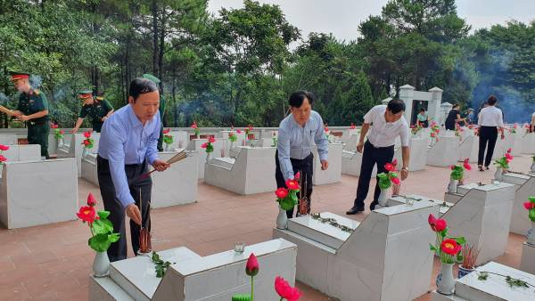 Các đồng chí lãnh đạo huyện thắp hương trên các phần mộ liệt sĩ.jpg