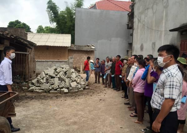 Các học viên thăm hộ gia đình có chuồng trại chưa hợp vệ sinh tại thôn Bản Chu B..jpg