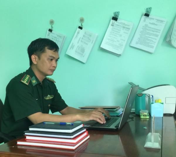 DONG CHI THANH NGOI LAM VIEC.jpg
