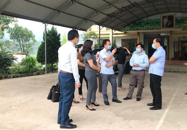 đ.c Hoàng Quốc Tuấn kiểm tra tại trường THCS Khánh Xuân.jpg